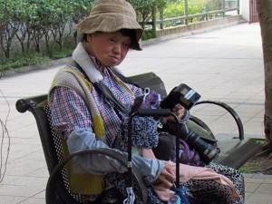 Chị gái Châu Nhuận Phát ngủ gục ở công viên