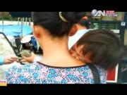 Tin tức trong ngày - Xót xa bé 2 tuổi bị mẹ ruột đày đọa đi xin ăn