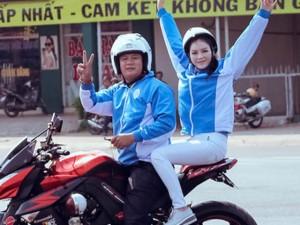 Đời sống Showbiz - Lý Nhã Kỳ ngồi mô tô thể thao gây chú ý đường đua