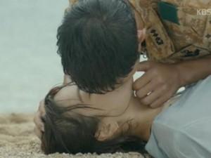 Hậu trường phim - Màn hô hấp nhân tạo của trai đẹp với Song Hye Kyo gây sốt