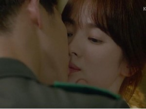 """Giải trí - Cận cảnh màn """"khóa môi"""" của Song Hye Kyo với trai trẻ"""