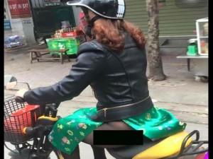 """Thời trang - Thảm họa áo dài """"quên"""" mặc quần phóng xe trên phố"""