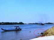 Tin tức Việt Nam - Đi đò, hành khách hốt hoảng phát hiện thi thể trôi sông
