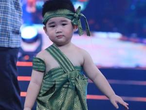 Cậu út 2 tuổi của Kim Tử Long diễn hài ấn tượng
