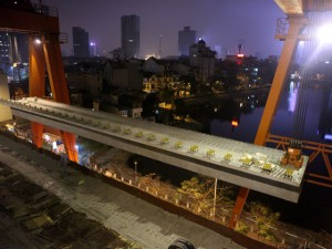 Tin tức trong ngày - Clip: Màn lao dầm đường sắt trên cao cực khó giữa HN