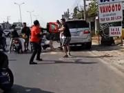 """An ninh Xã hội - Clip: Va quẹt xe, nhóm """"phượt"""" vây đánh người đi ô tô"""