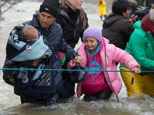 Xót xa trẻ em tị nạn bám dây vượt sông chết chóc