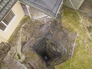 """Thế giới - Anh: Phát hiện hố tử thần sâu gần 100m """"nuốt"""" nhà"""