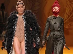 Thời trang - Mẫu mang mặt nạ của Công Trí gây chú ý ở Tokyo