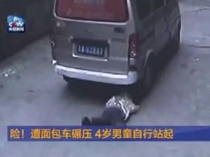 Thế giới - TQ: Em bé bị ô tô cán qua người đứng dậy đi như thường