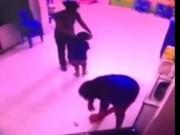 Tin tức trong ngày - Trẻ bị cô nhéo bầm tai, đánh và quăng ra sàn