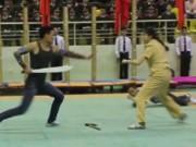 Thể thao - Nữ cảnh sát xinh đẹp kẹp cổ hạ gục 3 gã trai