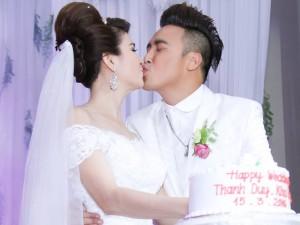Kha Ly - Thanh Duy khóa môi hạnh phúc trong tiệc cưới