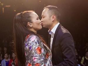 Ca nhạc - MTV - Ông xã ôm hôn Hồng Ngọc trước hàng nghìn khán giả