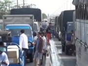 Video An ninh - Xe tải đâm thủng xe bồn chở xăng, quốc lộ 1 tê liệt