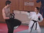 Thể thao - Mãn nhãn: Nữ nhi karate đấu chiến binh đường phố