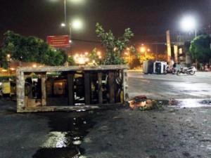 """Tin tức trong ngày - TPHCM: Xe cẩu """"hạ đo ván"""" xe tải rồi lao vào nhà dân"""