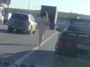 Thế giới - Cô gái Nga khỏa thân run rẩy ngoài phố rét âm độ