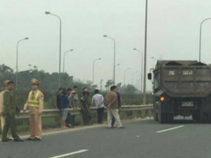 Tin tức trong ngày - Đại úy CSGT bị xe tải đâm nhập viện khi làm nhiệm vụ