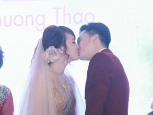 Nam Cường hôn vợ đắm đuối trong lễ cưới sang trọng