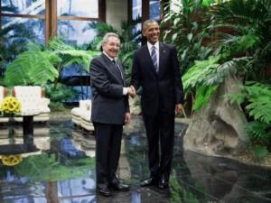 Cái bắt tay lịch sử giữa Obama và Chủ tịch Cuba