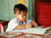 Bạn trẻ - Cuộc sống - Hành trình đến trường khó nhọc của cậu bé mắc não úng thủy