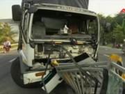 """Video An ninh - Xe tải nổ lốp """"cuốn phăng"""" dải phân cách"""