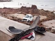 Tin tức trong ngày - Taxi lao xuống biển, nữ hành khách tử vong