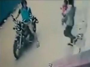 Tin tức trong ngày - CA Hà Nội xác minh thông tin thanh niên giật em bé giữa phố
