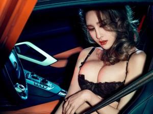 """Ô tô - Xe máy - """"Bấn loạn"""" trước siêu vòng 1 bên siêu xe Lamborghini"""