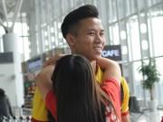 Bóng đá - ĐTVN: Fan nữ ôm chầm khiến Văn Toàn, Ngọc Hải đỏ mặt
