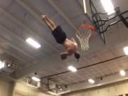 Thể thao - Siêu đẳng cú úp rổ xoay người 3 vòng trên không
