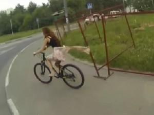 Cười 24H - Video hài: Hot girl đi đạp xe và cái kết đắng lòng