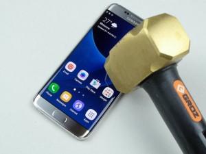 Thời trang Hi-tech - Video tra tấn Galaxy S7 Edge dã man bằng dao, búa