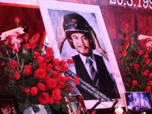 Sinh nhật nhóm Bức Tường ngập tràn hoa và nến