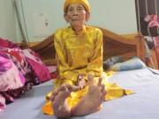 """Tin tức trong ngày - Cụ ông 104 tuổi """"chân Giao Chỉ"""" cả đời không đi vừa giày dép"""