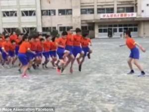Phi thường - kỳ quặc - Video nhảy dây tập thể thu hút hơn 5 triệu lượt xem