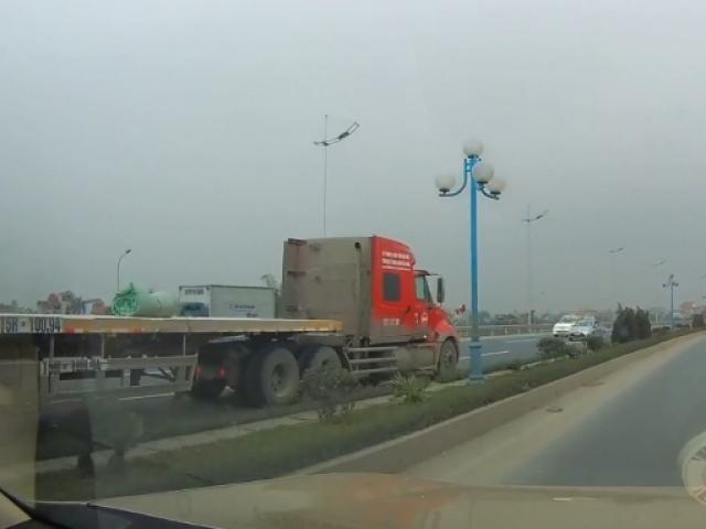 """Xe container phóng ngược chiều như """"điên"""" tại Hà Nội"""