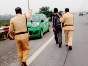 """An ninh Xã hội - Dừng đèn đỏ, tài xế taxi lao ra đường hô """"cướp, cướp"""""""