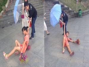 Bạn trẻ - Cuộc sống - Cô gái bán hoa câu kéo, ăn vạ khách ngay giữa phố