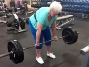 Thế giới - Bà cụ 80 tuổi nhấc tạ 100 kg dễ như bỡn