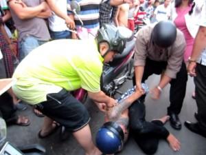 An ninh Xã hội - Quyết giành lại tài sản, cô gái tông ngã xe 2 tên cướp