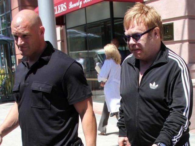 """Elton John """"chi đậm"""" để thắng kiện quấy rối tình dục"""