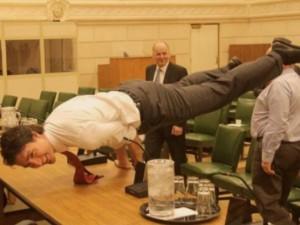 Thế giới - Canada: Thủ tướng đẹp trai khoe động tác yoga cực khó