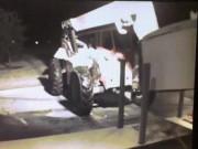 Thế giới - Mỹ: Trộm dùng xe cẩu húc đổ, quắp cây ATM lên xe tải