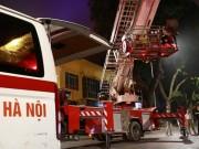 Tin tức trong ngày - Dùng xe thang giải cứu bà bầu sinh non trên căn nhà 4 tầng
