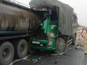 Xe tải tông xe bồn, vợ một tài xế chết thảm trong cabin