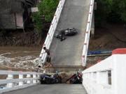 Tin tức trong ngày - Sà lan tông sập cầu Cái Trăng, người và xe rơi tự do