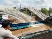Tin tức trong ngày - Cận cảnh hiện trường vụ sà lan đâm sập cầu ở Cà Mau