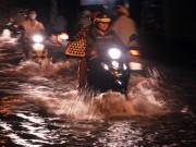 Người Sài Gòn  bơi  trong nước đen ngòm để về nhà